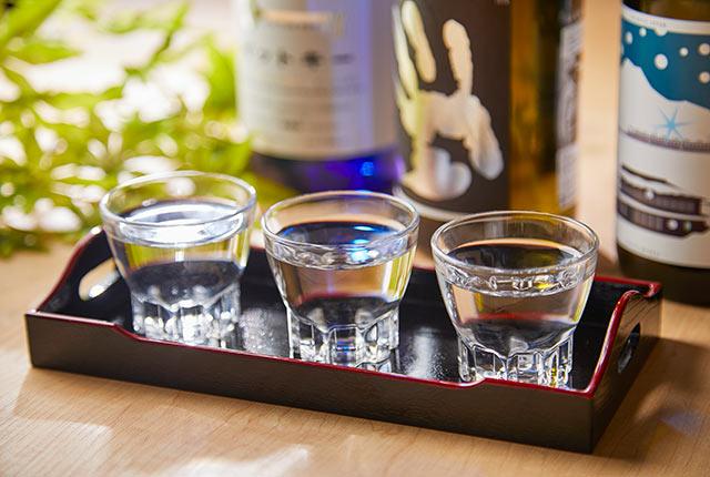 盃に入った日本酒3種