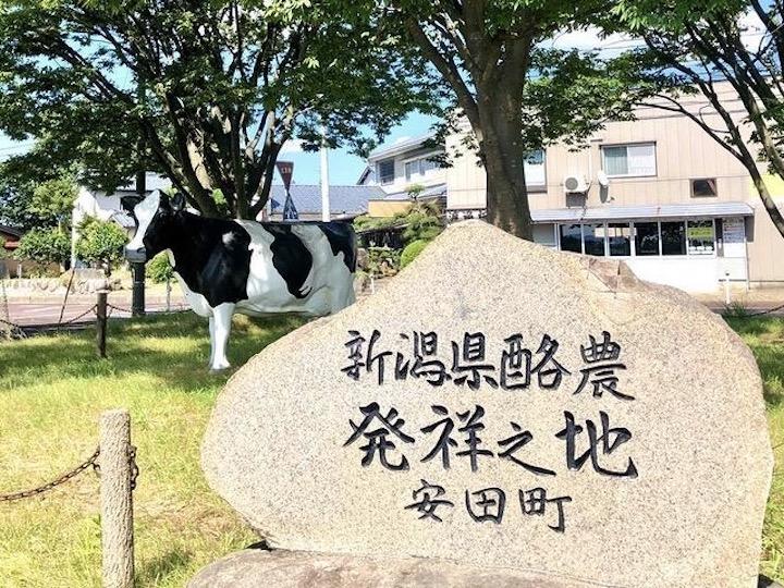 牛のモニュメント