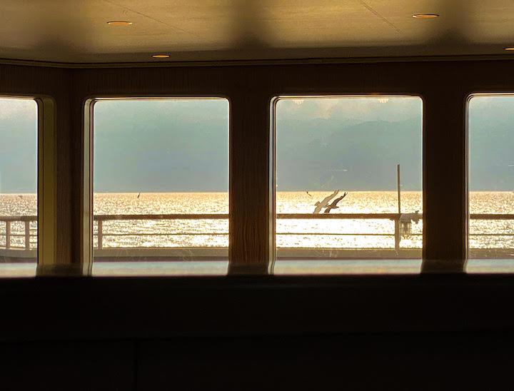 佐渡行きの船窓