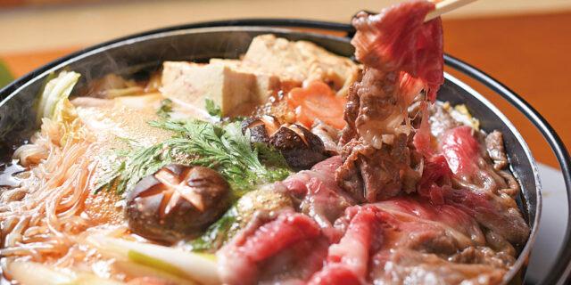 三条市〈麺酒場 うめもと〉で常連客に愛される「牛すきやき」