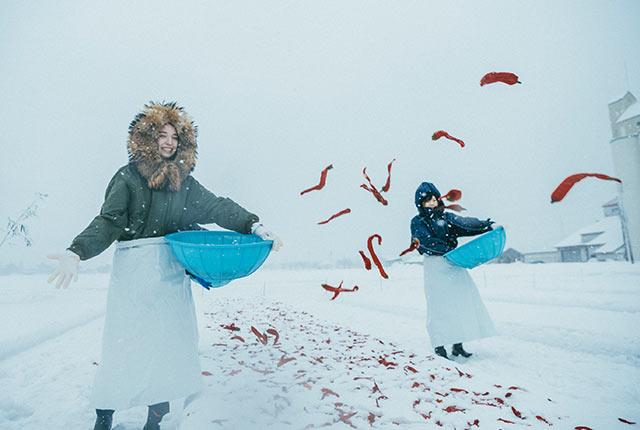 雪の上に唐辛子を撒く