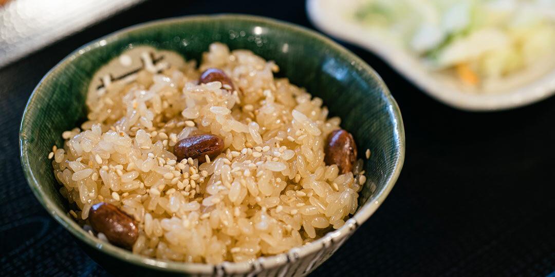 〈ごはん同盟〉がつなぐ、ふるさとのレシピ 赤飯なのに赤くない、長岡のソウルフード「醤油赤飯」