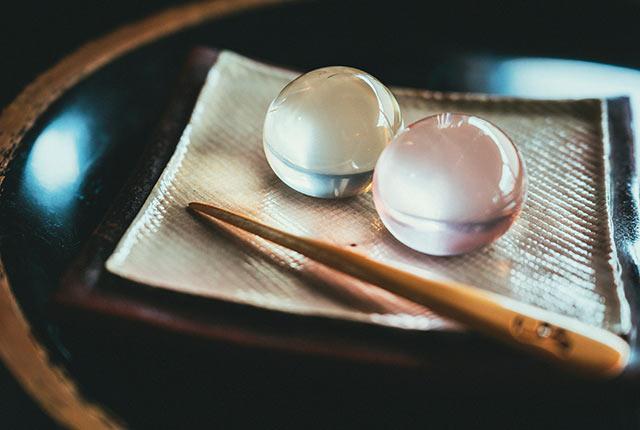 水晶玉のような瑠璃飴