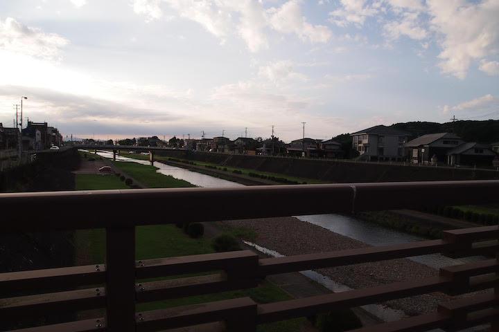 加茂市街地を流れる加茂川01