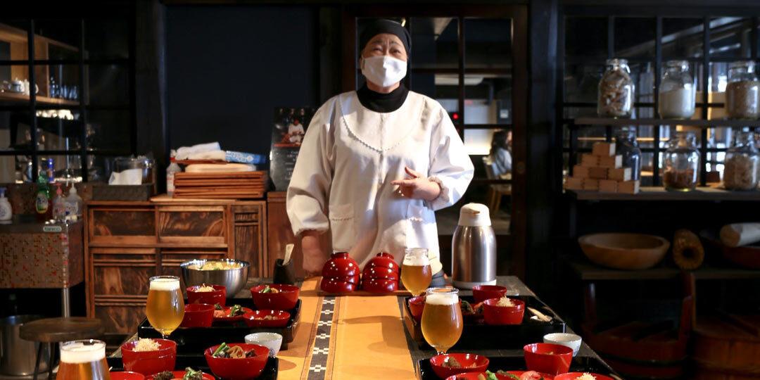 ローカル先生に学ぶ、〈ryugon〉の土間クッキングと藁細工体験
