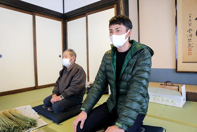 青木喜義さんと孫の青木拓也さん