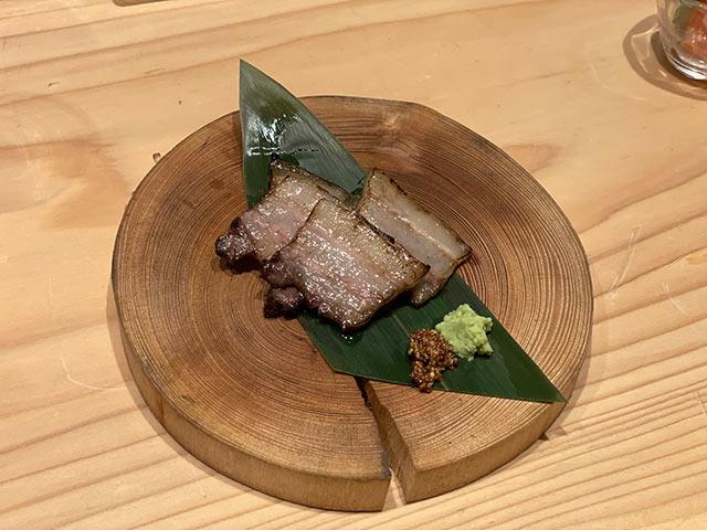 炙られたイノシシの肉