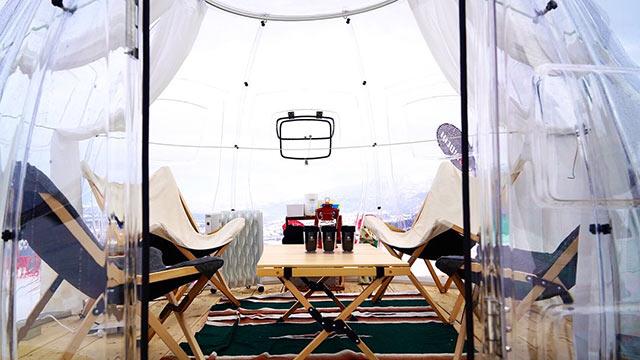 透明なドームテントの中