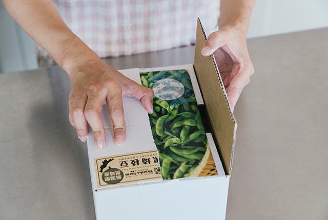 届いた〈くろさき茶豆〉の小包みを開ける