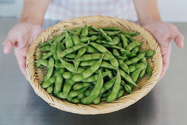 茹で上がった枝豆をザルへ
