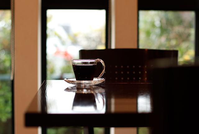 カウンターに置かれたコーヒー