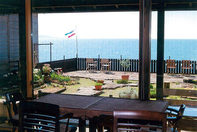 〈凪のてらす 仲〉の海をのぞむテーブル席