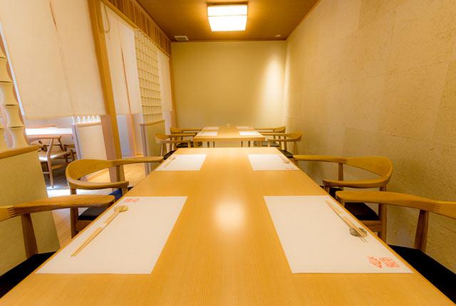 〈日本料理 魚幸〉の店内