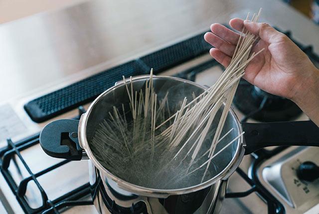 へぎそばを鍋に入れる