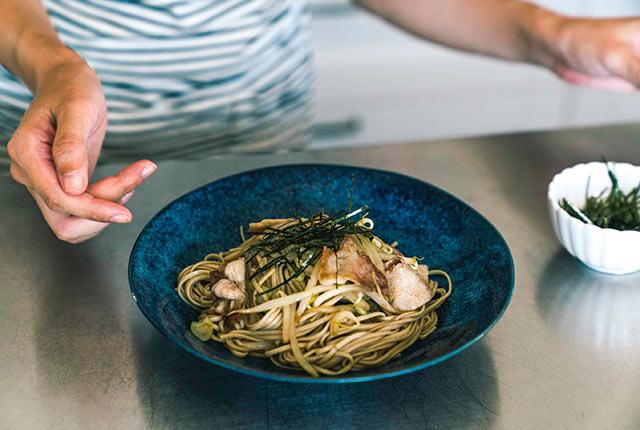 お皿に盛りつけ、刻み海苔をちらす