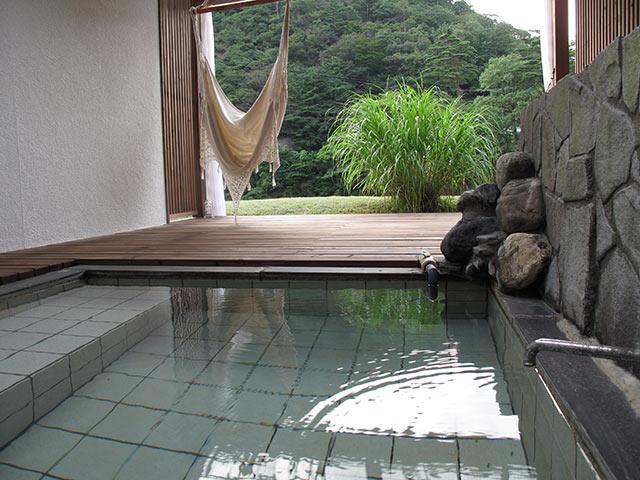 〈吊り橋と離れの宿 鷹の巣館〉の露天風呂