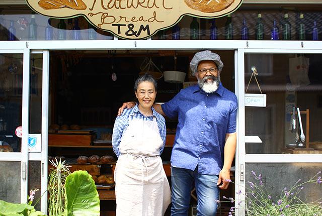 お店の入口に立つマーカスさんと奥様の智子さん