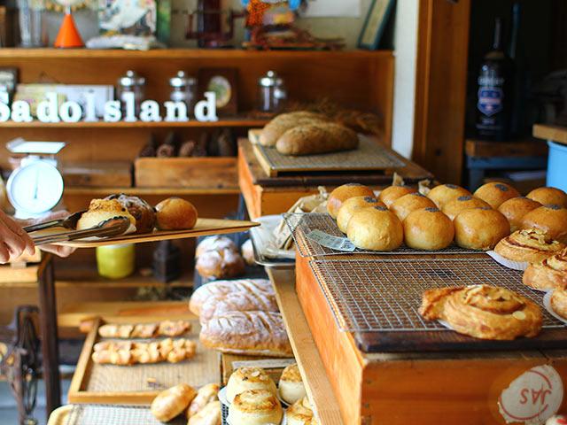 店内に並ぶ種類豊富なパン