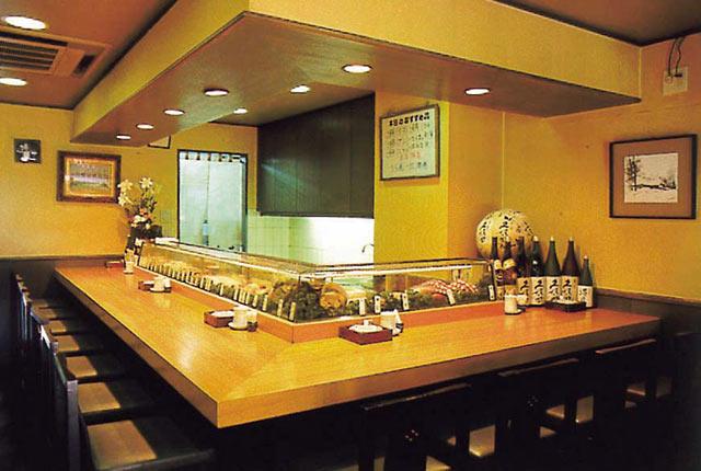 〈鮨芳〉のカウンター席