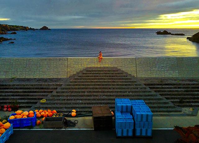 尖閣湾にある漁港の防波堤