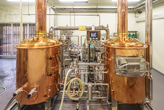 館内のクラフトビール醸造所