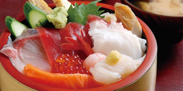 佐渡〈長浜荘 魚道場〉で人気の海鮮丼を堪能!